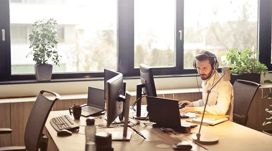 Headset und Webcam für Webinar