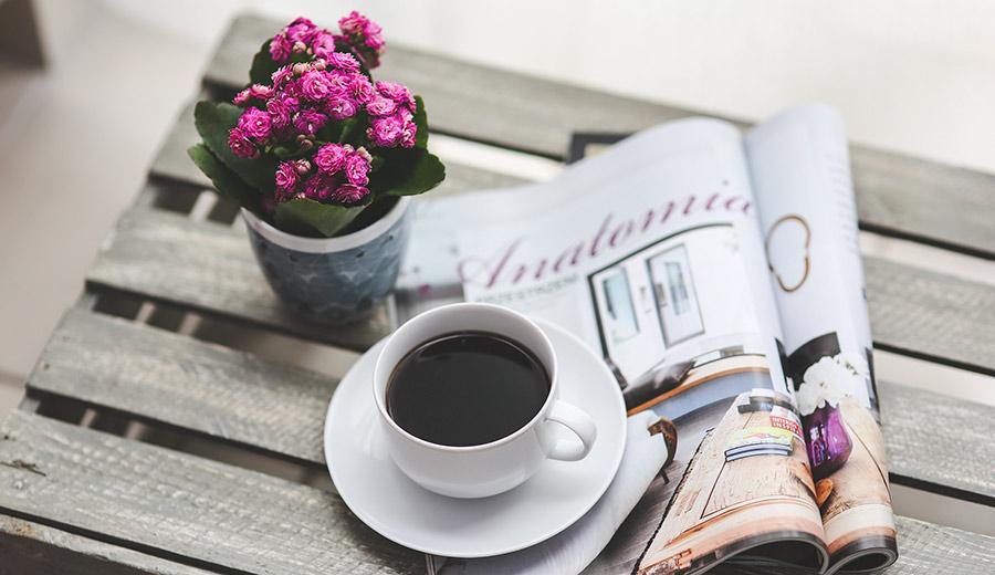 Pressearbeit bei einer Tasse Kaffee