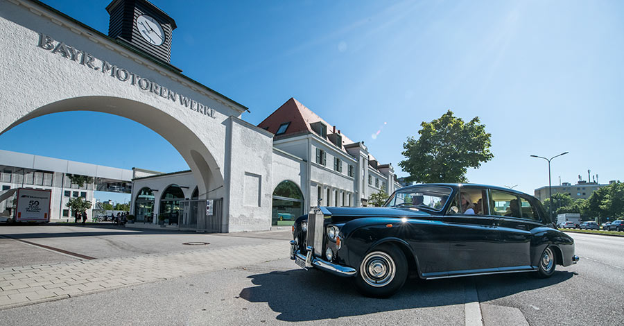 BMW Museum: durch das historische Werkstor einfahren (lassen)
