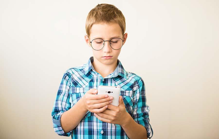 Zu viel Zeit am Smartphone verursacht Kurzsichtigkeit – vor allem bei Kindern