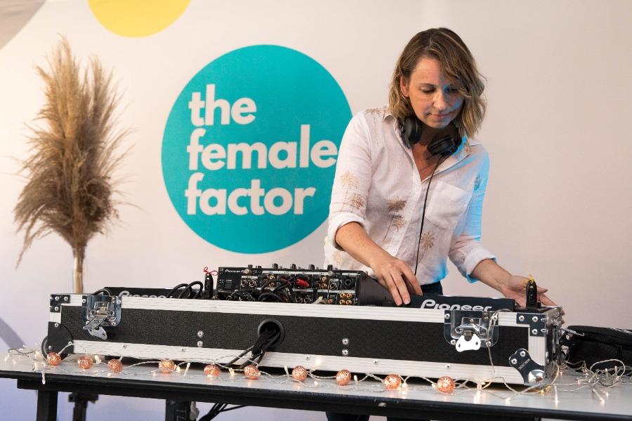 """Veranstalter """"the female factor"""" baut DJ-Set bei der virtuellen Konferenz """"limitless mentoring conference"""" ein"""