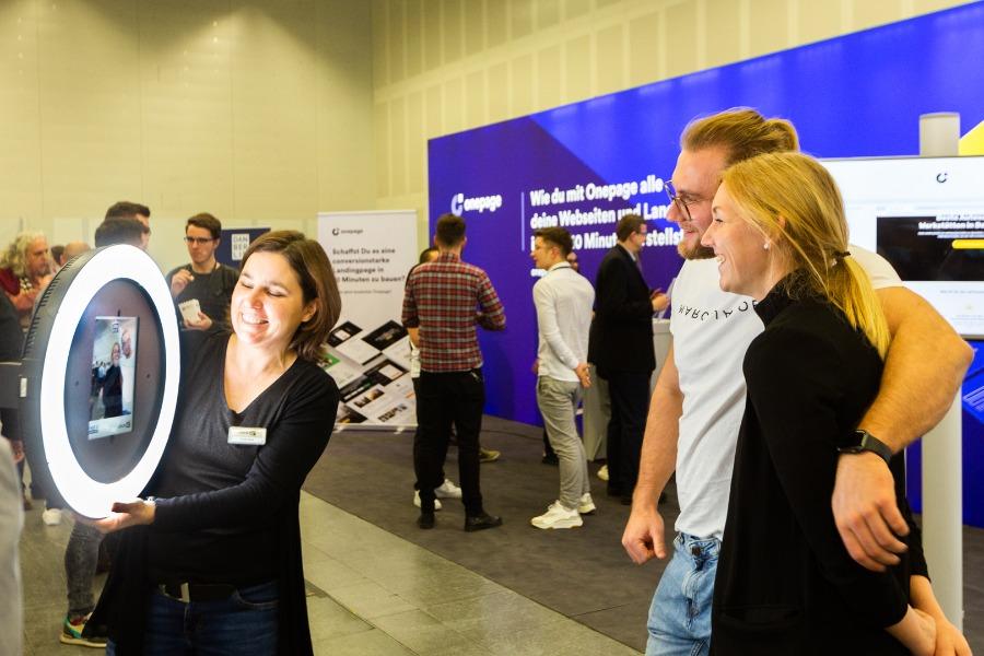 Ansammlungen vermeiden - hygienekonform vor Ort bei hybriden Events - der Fotopad Roamer als mobile Fotobox
